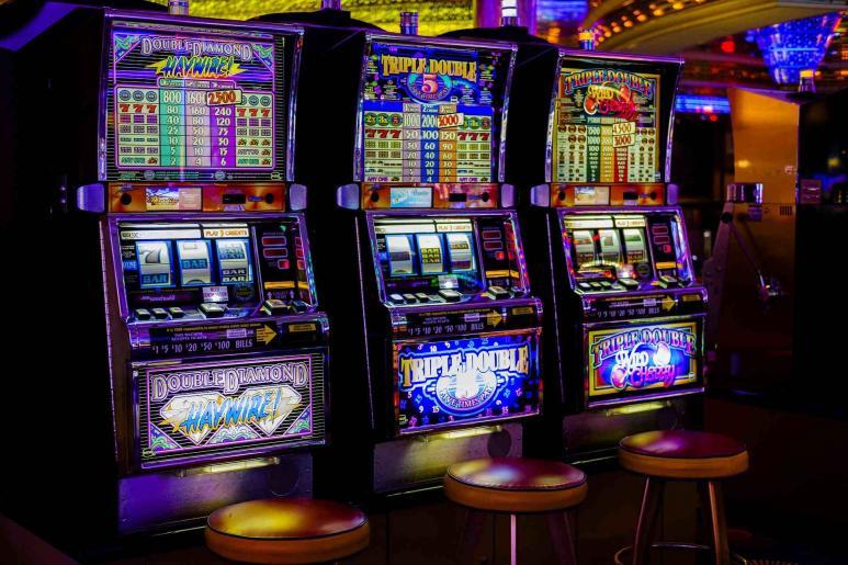 Drei Spielautomaten auf einem Bild